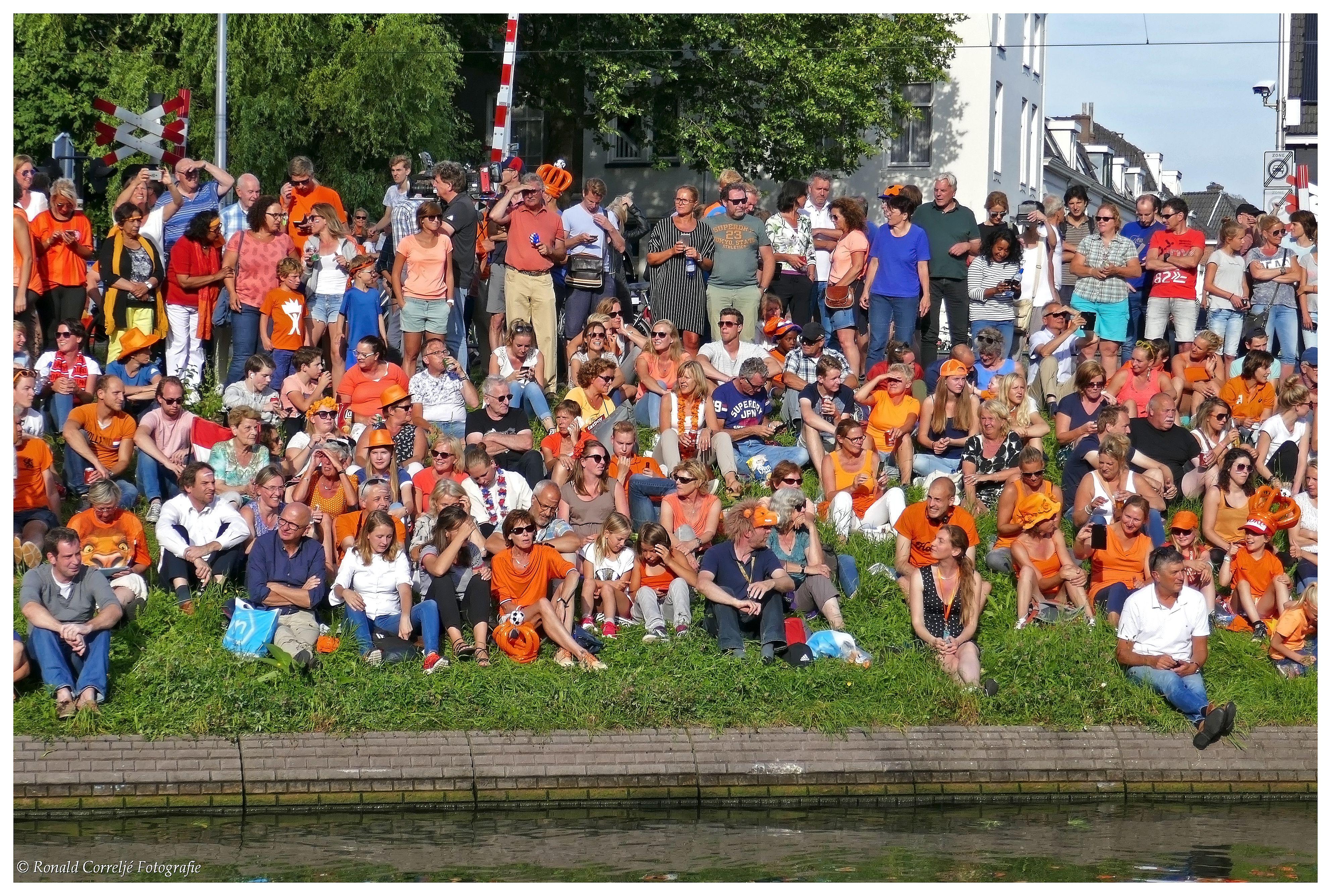 Publiek langs waterkant