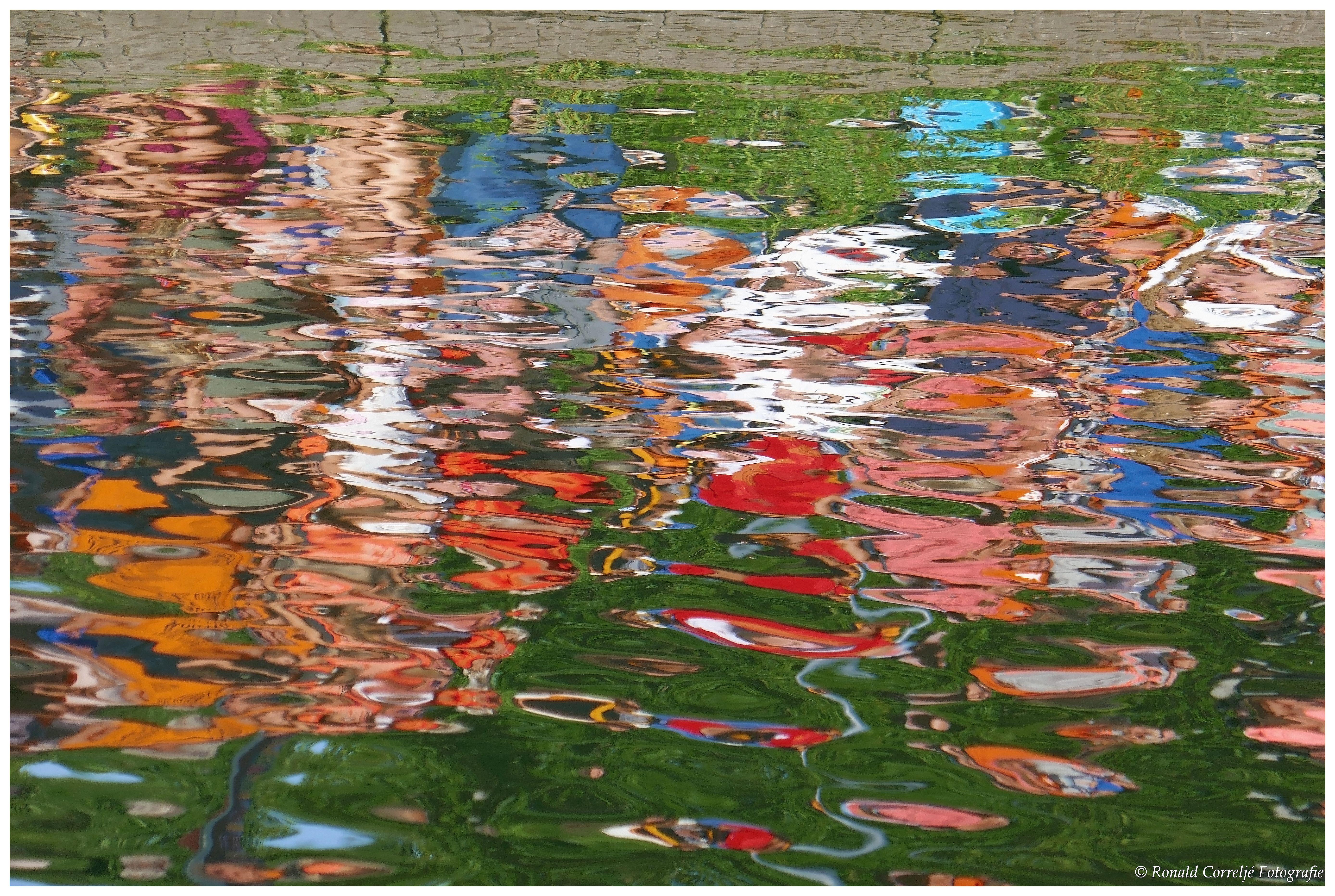 Weerspiegeling in water van publiek langs waterkant